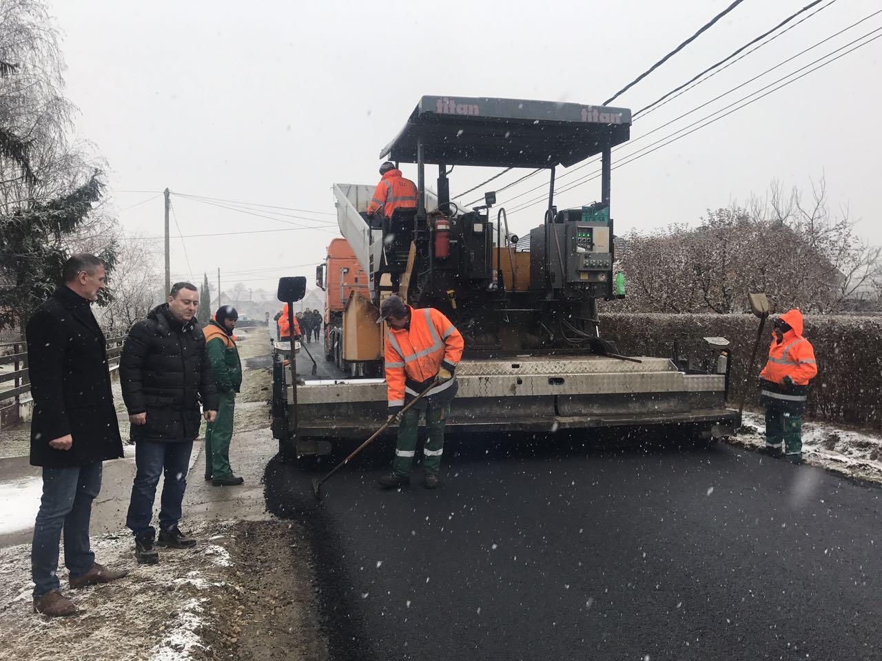 Настављени радови на реконструкцији оштећених путева у Великом Пољу