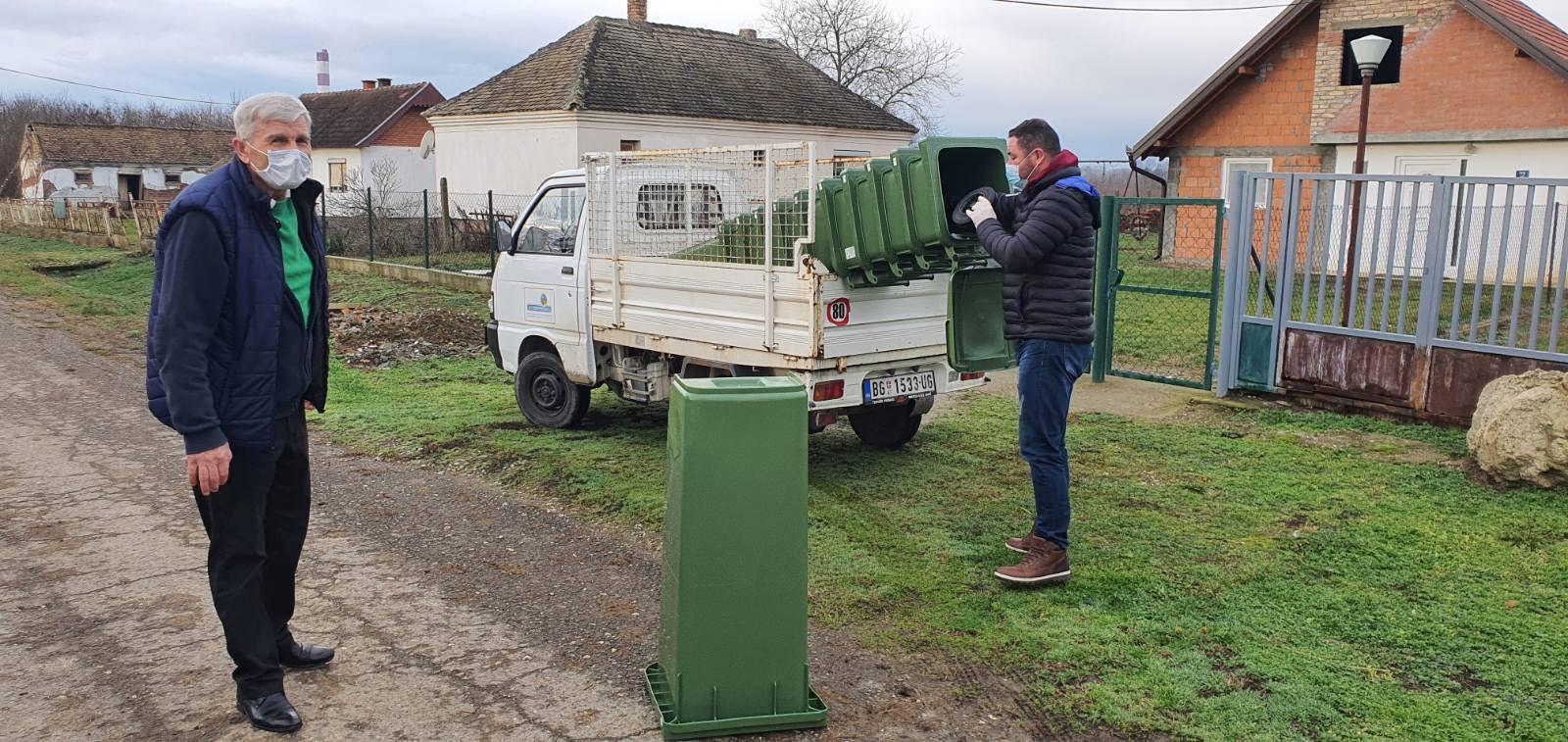 Домаћинствима са територије месне заједнице Скела подељене су нове канте за одлагање отпада