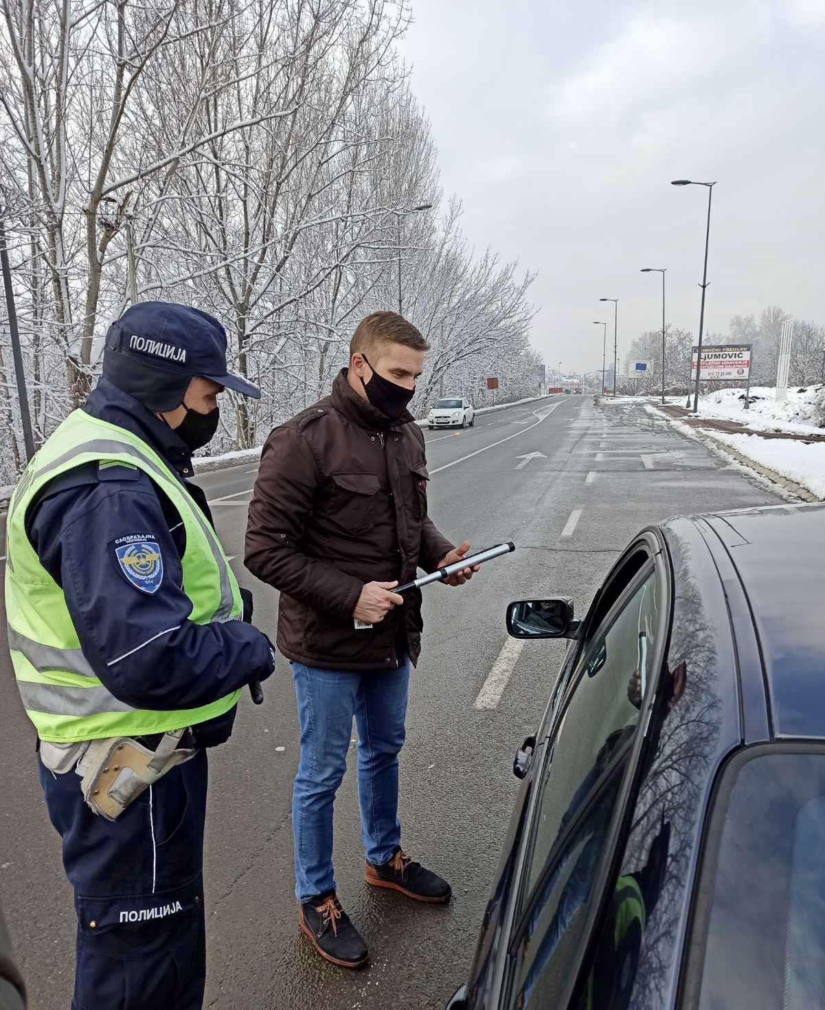 Представници општине Обреновац поделили возачима стругаче за лед